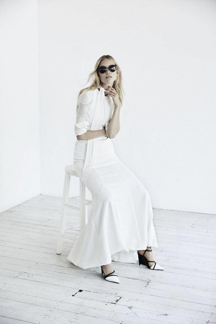diseño ultra moderno, vestido de escote cerrado con falda corte sirena, zapatos modernos en blanco y negro