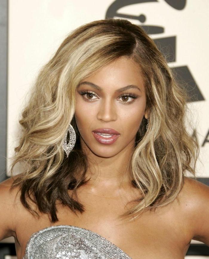 morenas con mechas, Beyoncé con media melena con ucho volumen y con mechas rubias con raíces vistas