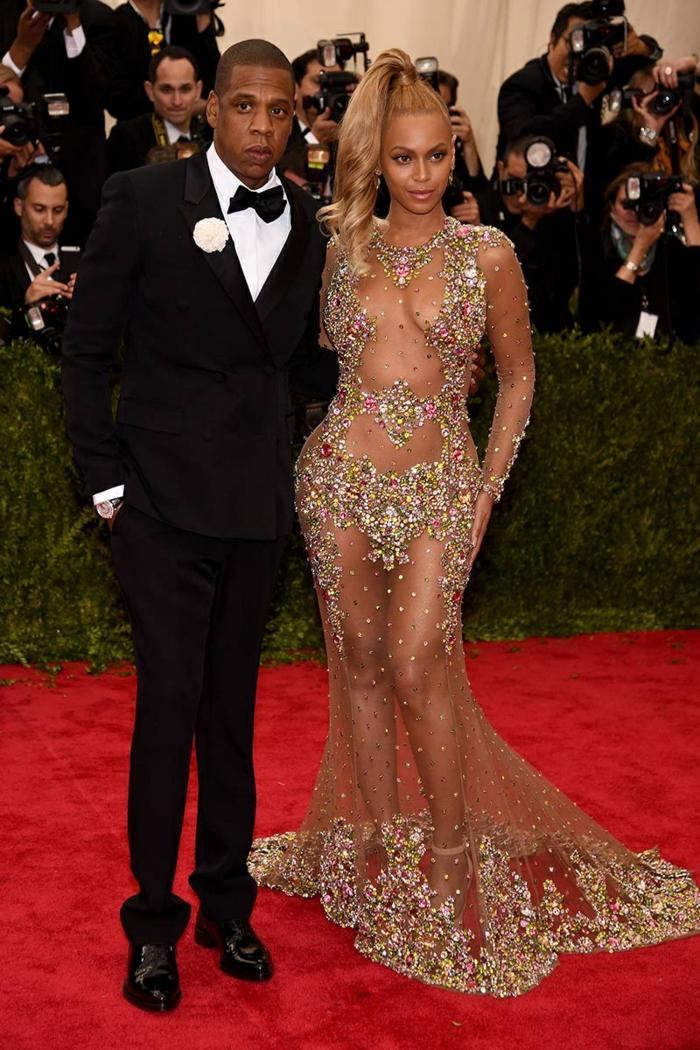 morenas con mechas, Beyoncé con el vestido de gala largo con transparencias y piedras
