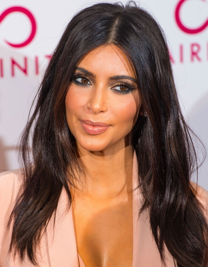 morenas con mechas, Kim Kardashian con el pelo largo a capas en color castaño oscuro, con raya en el medio