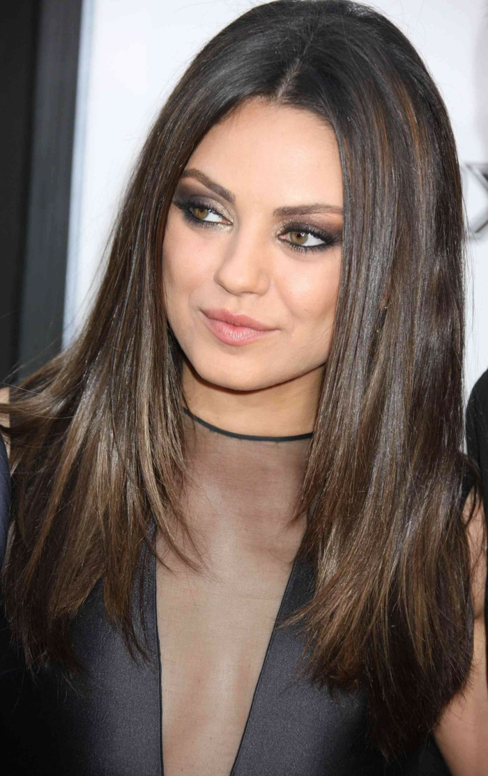 morenas con mechas, Mila Kunis con melena con raya en el medio castaña y con reflejos finos rubios