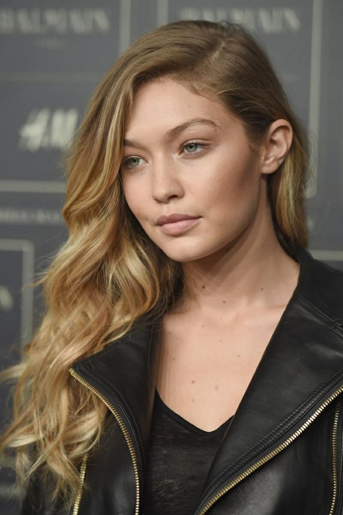 morenas con mechas, modelo jóven con pelo castaño claro y con mechas californianas, chaqueta de cuero