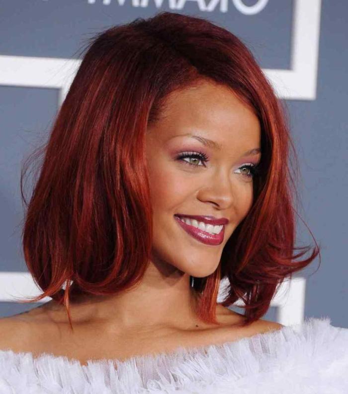 morenas con mechas rihanna con el color de pelo rojo, borgoña, con labial rojo, sonrisa brillante