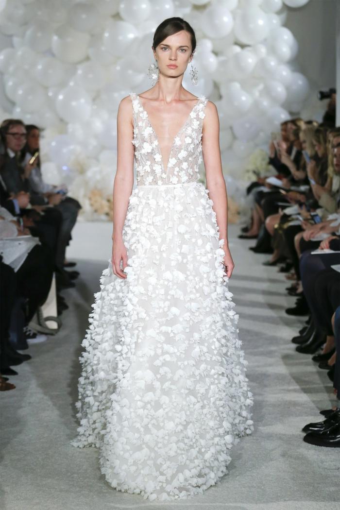 precioso ejemplo de un vestido de novia boho con estampados de flores tridimensionales y escote en V