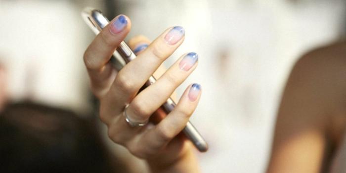 con efecto ombre, uñas longitud media pintadas en rosado, blanco y azul efecto ombre