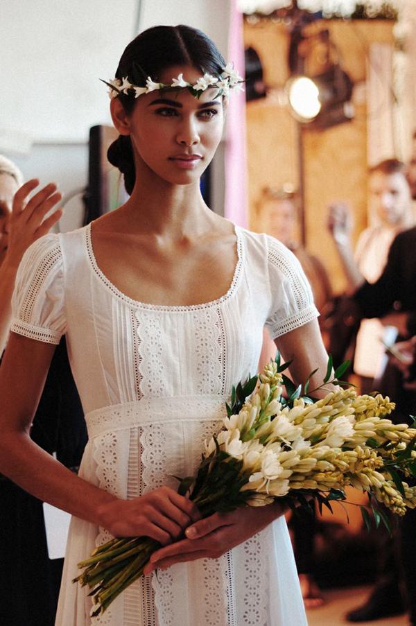 diseño super sencillo vestido de novia ibicenco de algodón con escote oval y mangas cortas