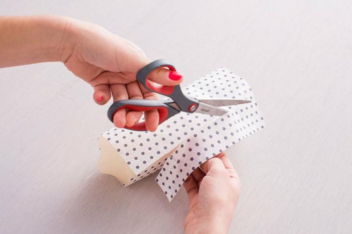 ejemplos de regalos caseros para amigas, como hacer velas decorativas con papel estampada