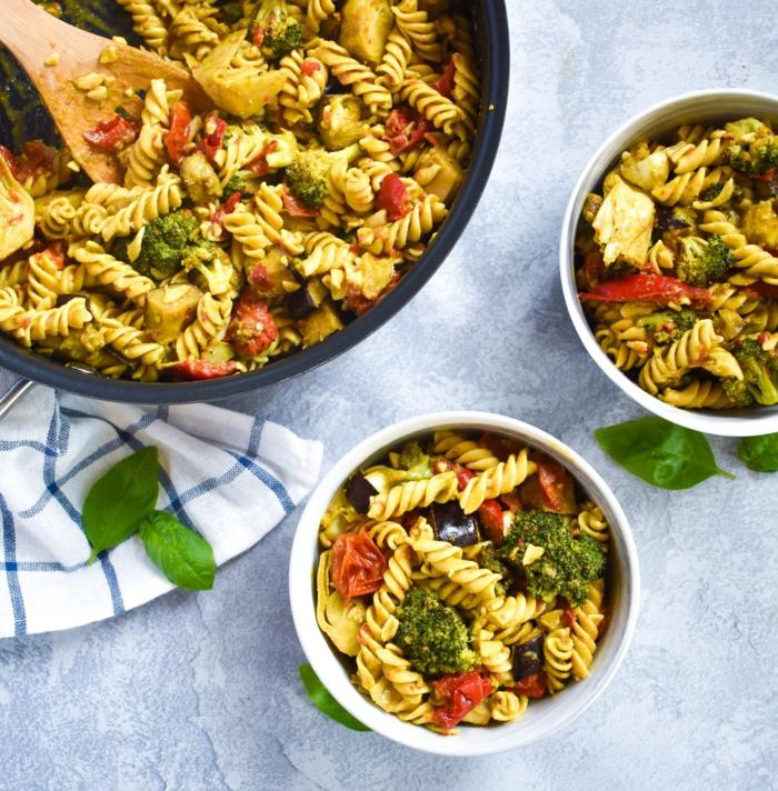 pasta con verduras, espinacas, tomates secados al sol y brocoli, recetas saludables para el verano