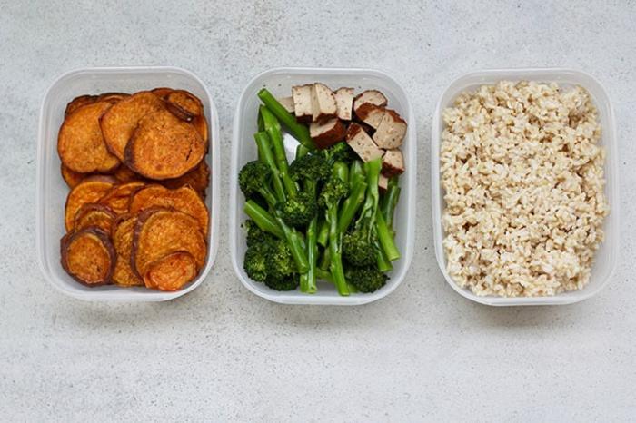 ideas de platos saludables y nutrientes para llevar una vida sana, patatas dulces, brócoli y arroz