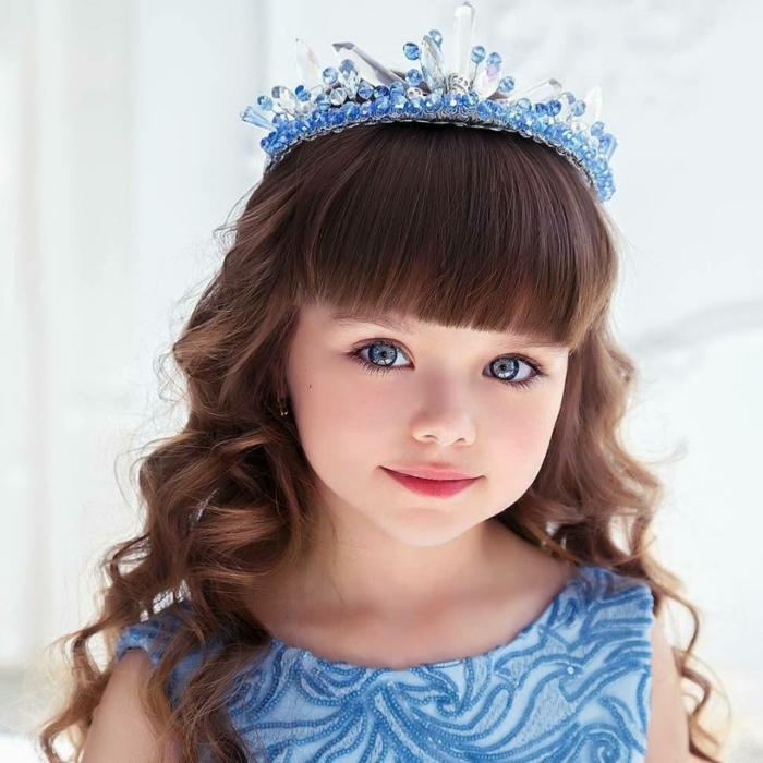 peinados con trenzas faciles, diadema con bolitas en azul claro y blanco, niña con pelo ondulado con flequillo
