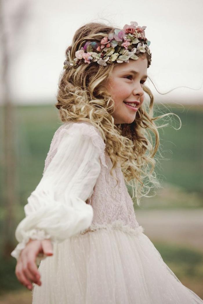 peinados con trenzas faciles con el pelo largo rubio y rizado con diadema de flores en la cabeza, vestido blanco