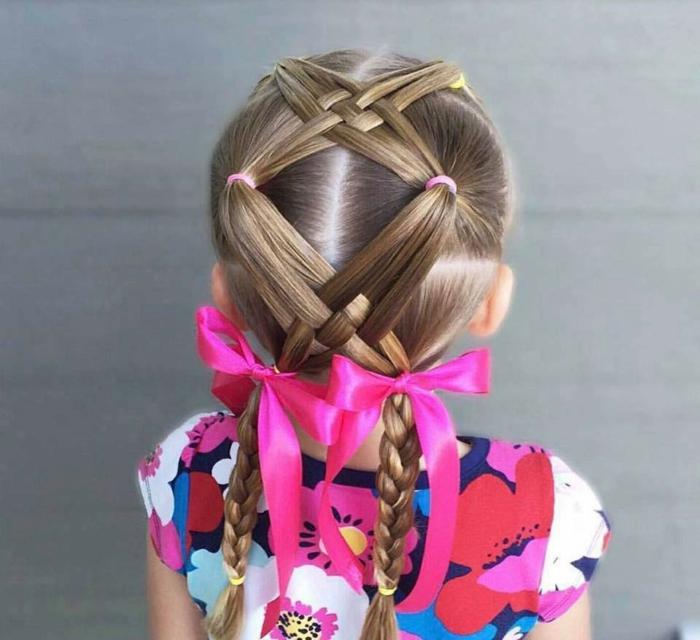 peinados con trenzas faciles, niña con coletas entrelazadas terminando en coletas de trenzas con cintas rosas