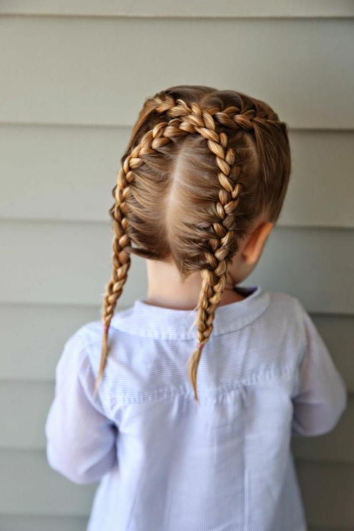 peinados con trenzas faciles, niña pequeña por la parte de atras con dos trenzas entrelazadas en coletas