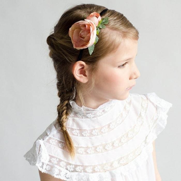 peinados de niñas fáciles, niña con trenza cola de pez con diadema con una gran flor en la cabeza con vestido