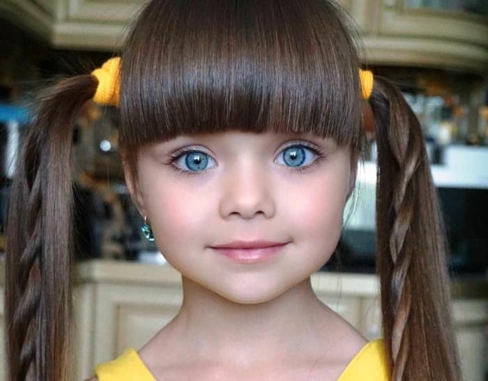 peinados de niñas faciles, niña modelo con gomas de pelo en color amarillo con coletas con trenzas