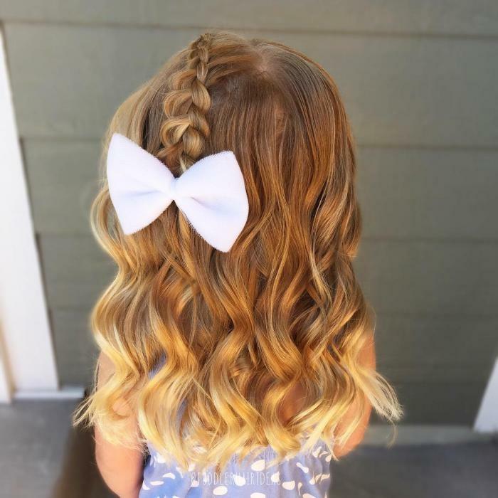 peinados de niñas faciles con el pelo largo ondulado y rubio con trenza decorada con cinta blanca