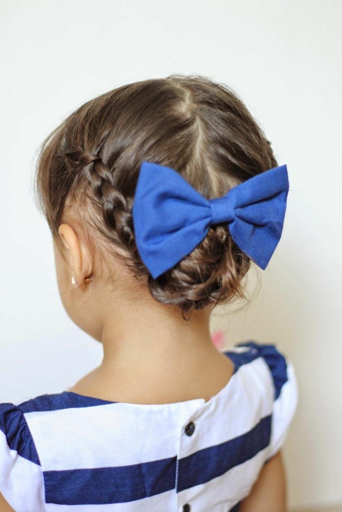 peinados de niñas faciles con el pelo recogido con dos trenzas en los lado y con cinta de tela grande en el moño