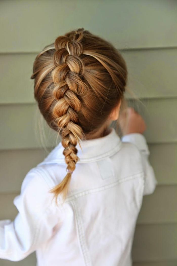 peinados faciles media melena, niña con trenza de cola de pez gruesa con el pelo rubio, vista por la parte trasera