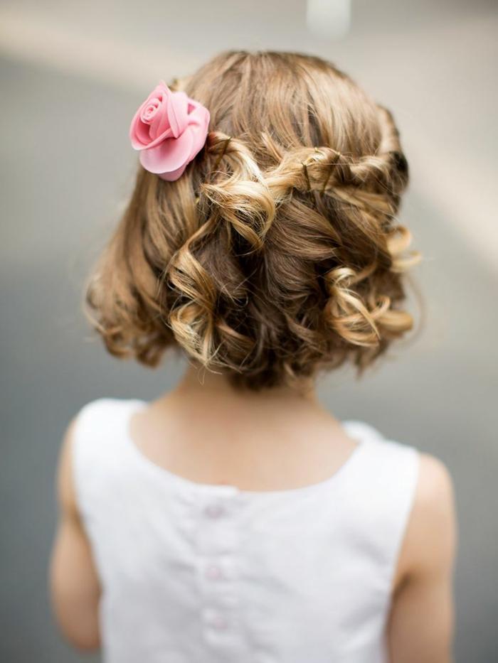 peinados fáciles media melena, niña con melena corta con pelo ondulado y cogido con horquillas y flor rosa