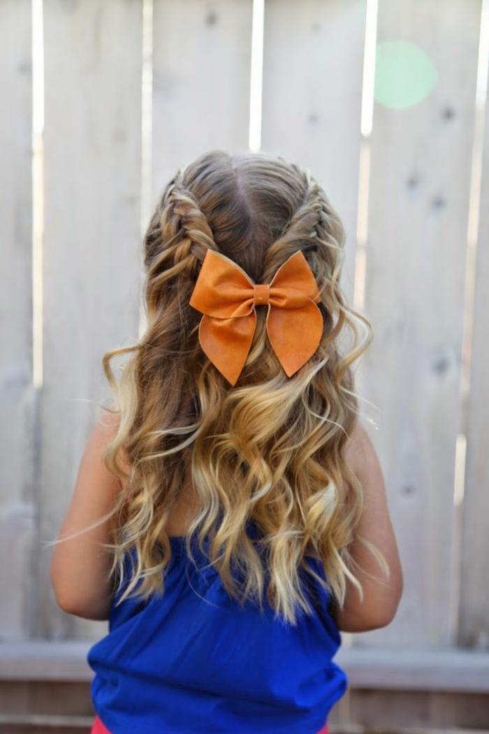 peinados faciles media melena, niña con el pelo rubio largo con dos trenzas en cada lado uniendose a una coleta