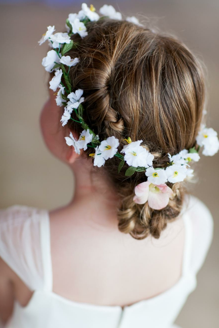 peinados fáciles media melena, niña con corona de flores, margaritas con recogido de moño bajo