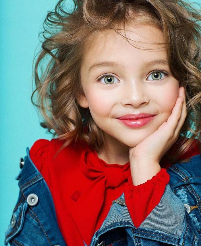 peinados faciles para niñas, chica con pelo corto de melena midi ondulada con ojos verdes, blousa rosa