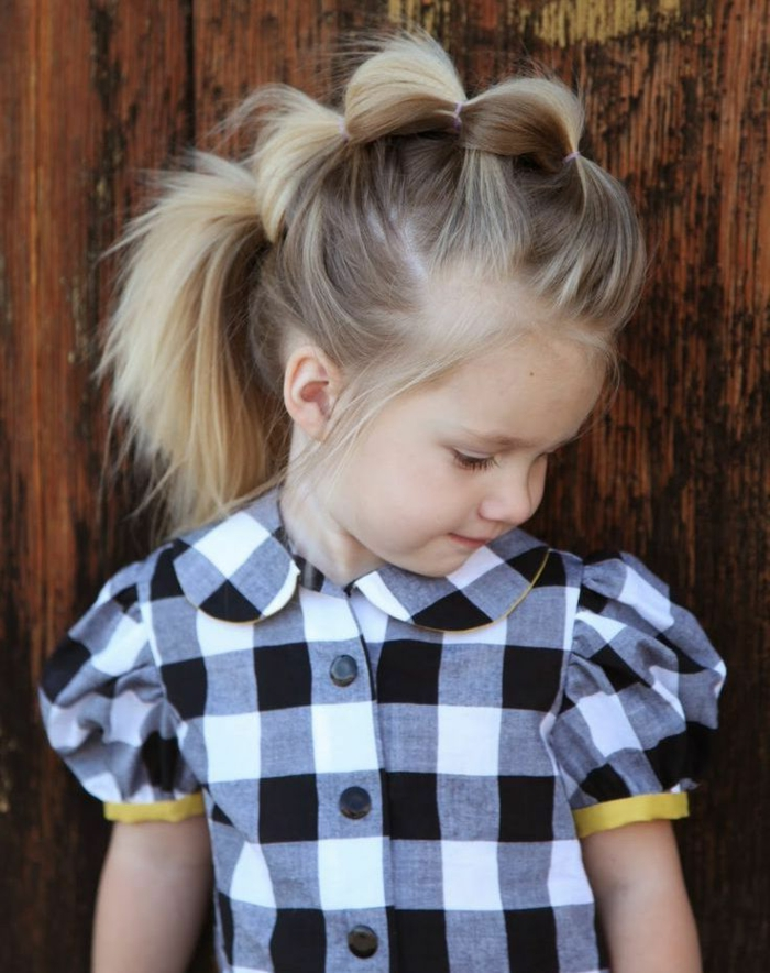 peinados faciles para niñas, peinado con cuatro coletas unidas con gomas de plástico, vestido de cuadros