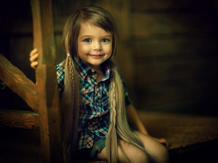 peinados faciles para niñas, pelo largo liso con flequillo hacia un lado, trenzas finas en las dos coletas