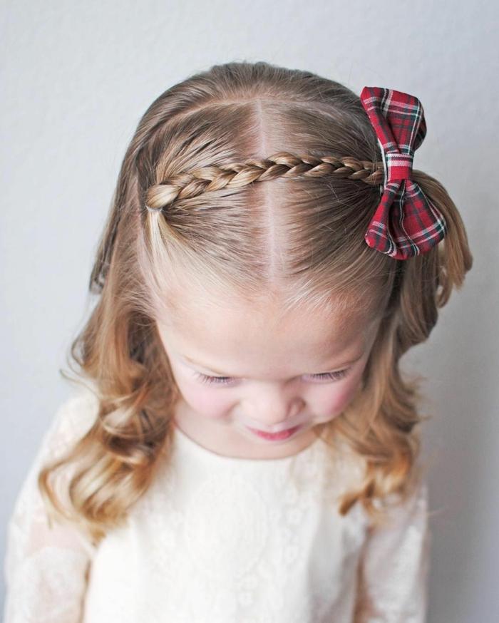 peinados faciles y bonitos, niña pequeña con una trenza pequeña en un lado de la cabeza con coletero de cinta