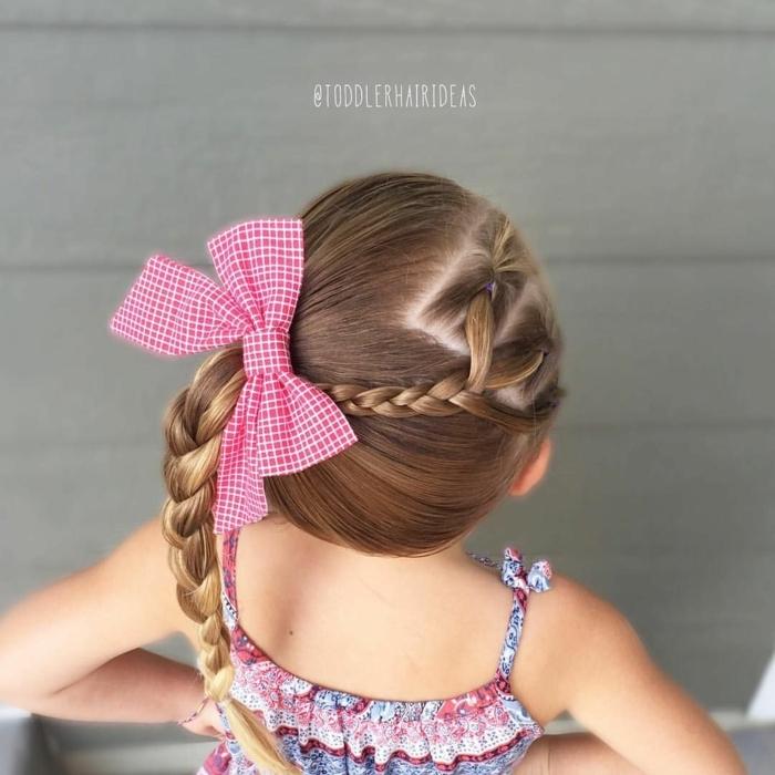 peinados faciles y rápidos, niña con coleta en trenza hacia un lado con coletero en forma de cinta roja con rayas