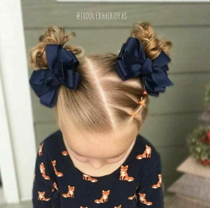peinados faciles y rápidos, niña pequeña con dos moños altos con cintas de azul oscuro en cada moño