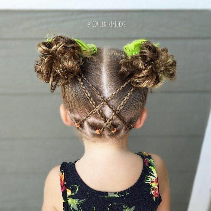 peinados faciles y rápidos, niña con coleteros verdes en los dos moños, trenzas finas en la parte de atrás
