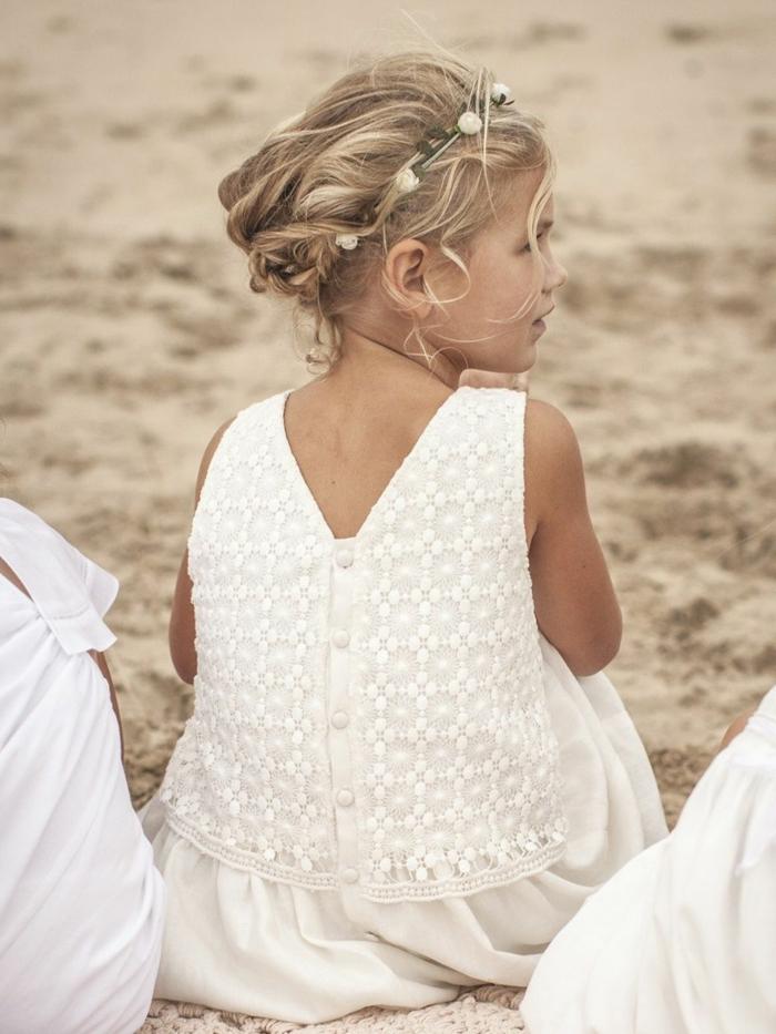 peinados faciles y rapidos, niña con el pelo recogido con una cinta de flores, vestido blanco de encaje