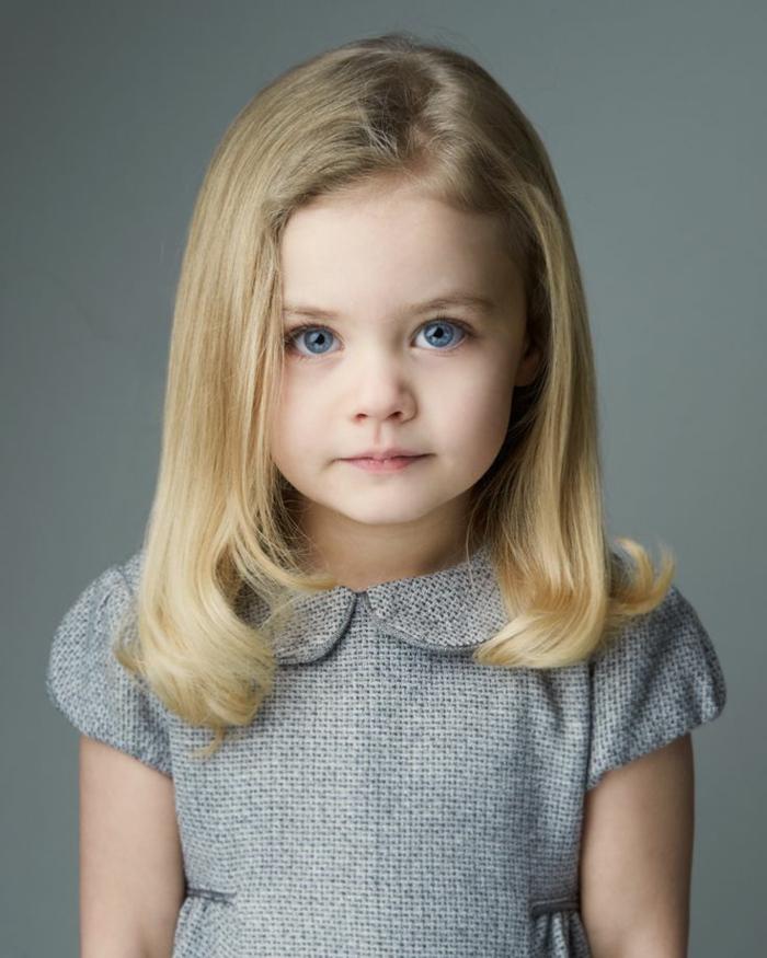 peinados para niñas de comunion, niña rubia con el pelo largo ondulado en los extremos, vestido gris