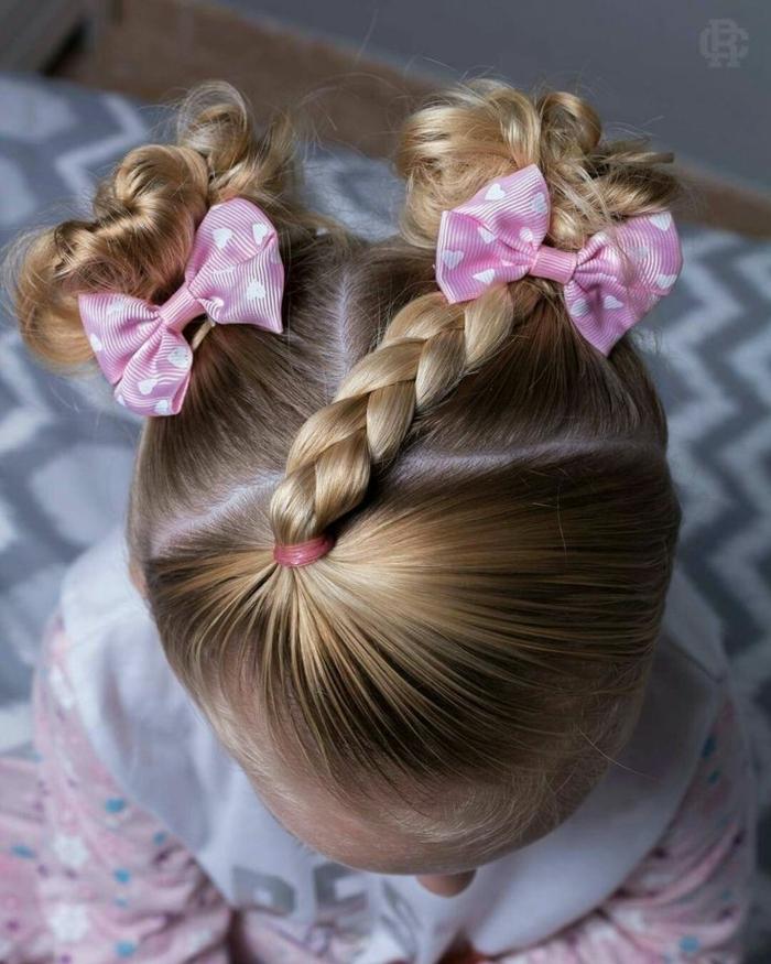 peinados para niñas de comunion, niña pequeña con dos moños en la cabeza con dos coleteros rosas