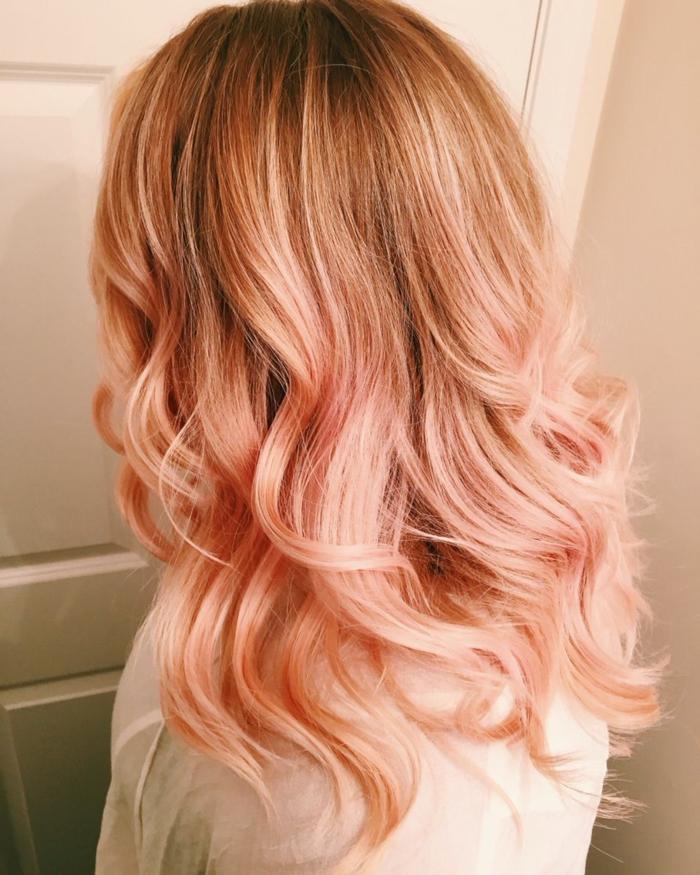 pelo color avellana color de pelo rosa dorado con balayage, se ve solamente solamente la parte trasera