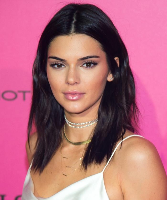 Kendall Jenner con color de pelo negro, melena por debajo de los hombros, vestido blanco, pelo color avellana