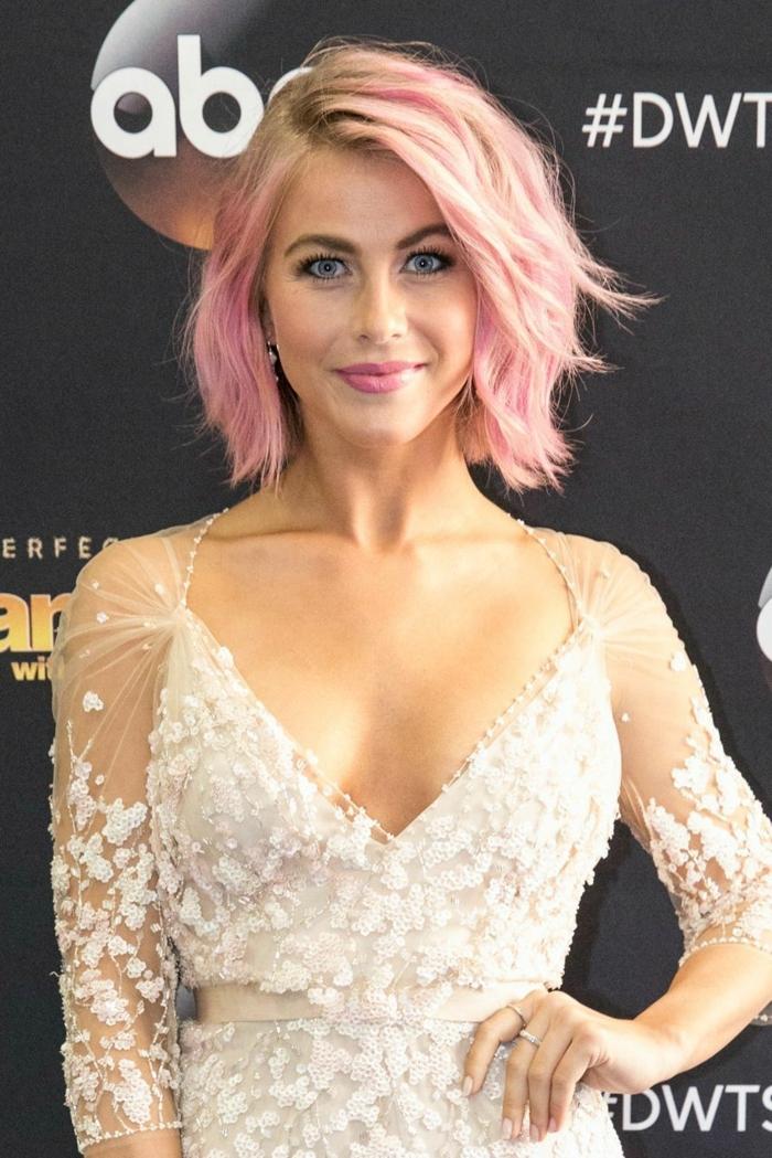 pelo color avellana, mujer de piel morena clara con el color de pelo rosa dorado, corte de pelo corto