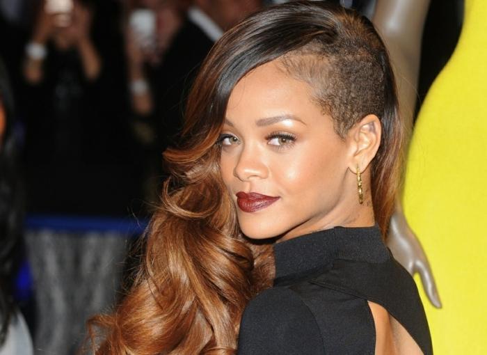 pelo marron chocolate, Rihanna con el pelo hacia un lado morena con balayage y pelo ondulado
