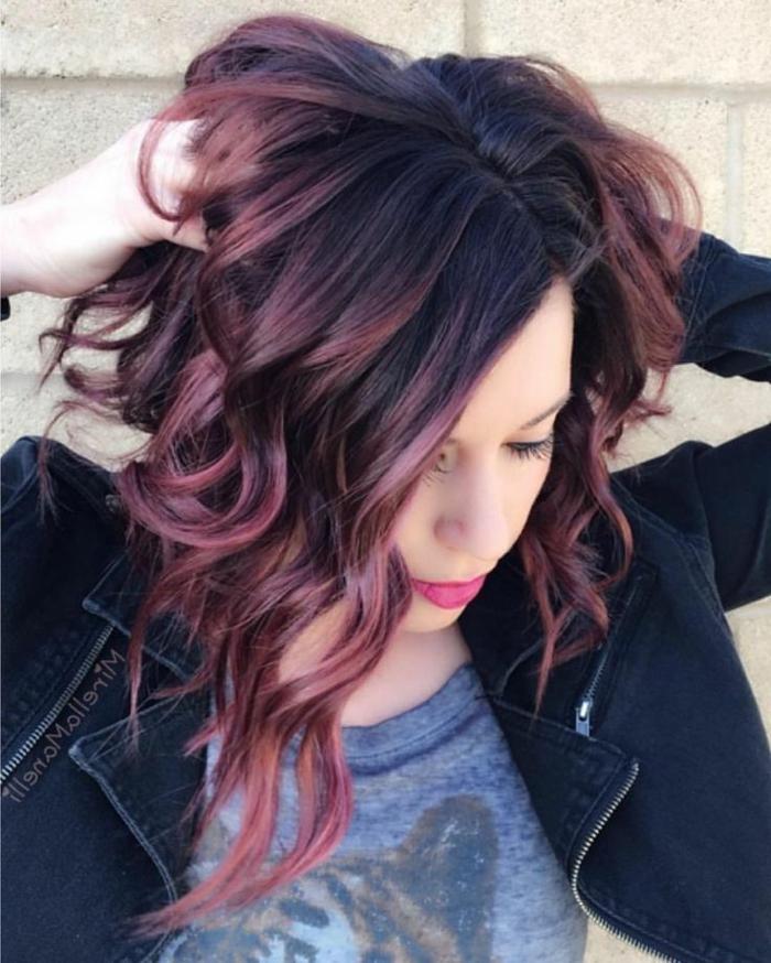 pelo marron chocolate, chica con color de pelo con mechas rojas y ondulao, raíces negras