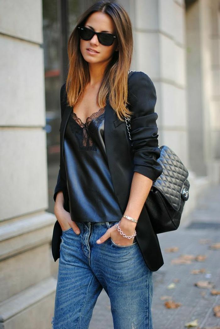 pelo morado oscuro chica con melena larga con balayage rubio en los extremos con jeans