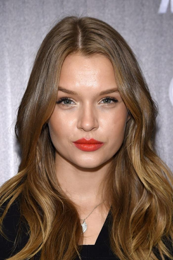 pelo morado oscuro, chica con reflejos rubios en el pelo y labial rojo, guapa determinante