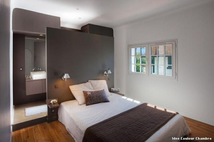 pintar habiracion juvenil con cama con sábanas blancas y cojíne en lila, ventanas cuadradas