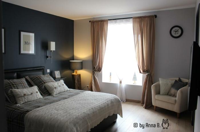 pintar habitacion paredes en azul y gris con cortinas en marrón claro, suelo de parquet, sillón