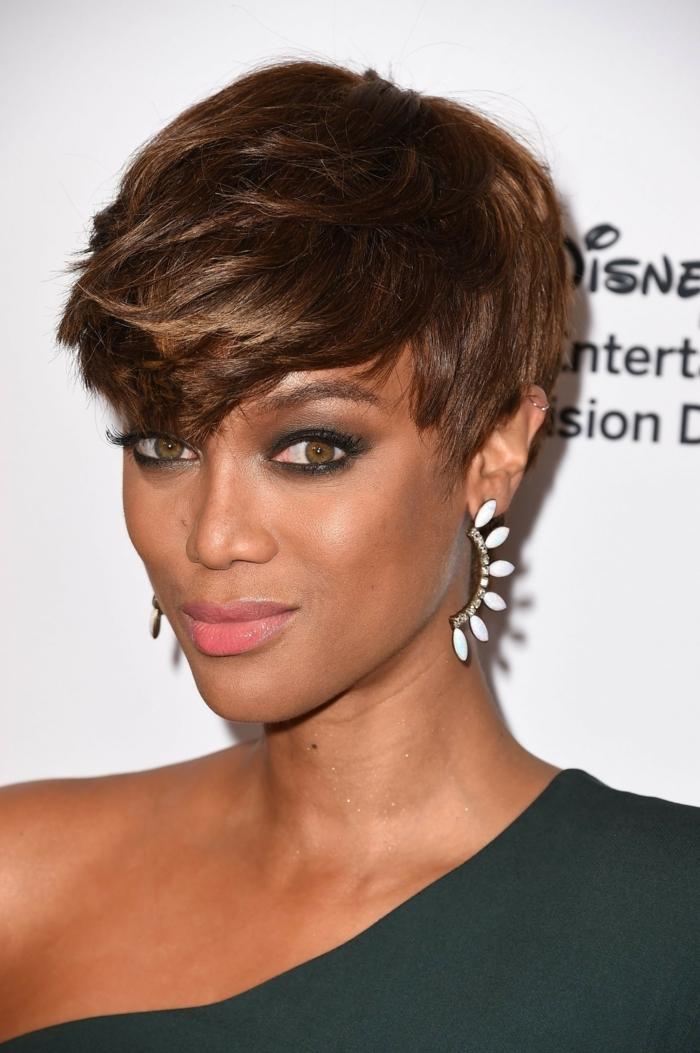 pelo corto con flequillo recto, mujer con corte de pelo el pixie con pelo castaño y mechas rubias y vestido negro