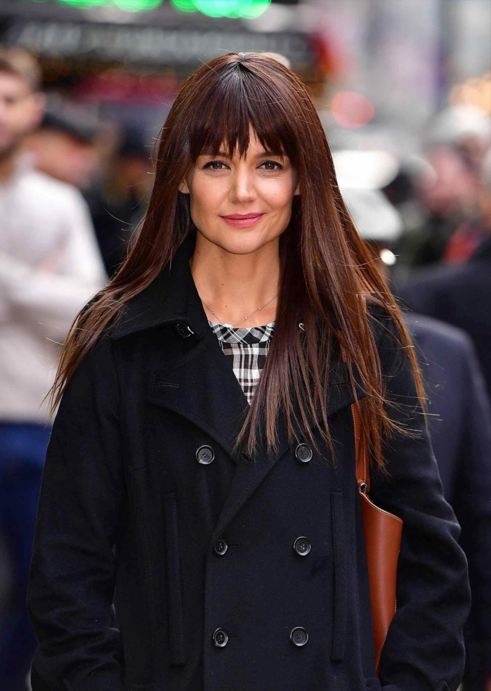pelo corto con flequillo recto, Kate Holmes con melena larga con flequillo despuntado de color castaño