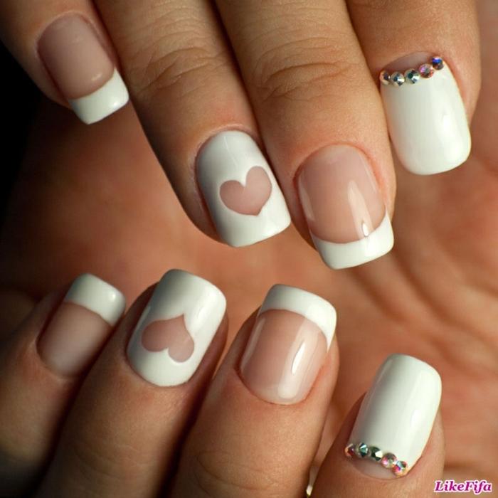 uñas manicura francesa con detalles decorativos de encanto, puntas con línea blanca gruesa y corazón en el dedo anular
