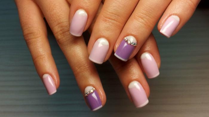 precioso diseño en rosado y lila, manicura francesa con decoración de pequeños cristales en el dedo anular, diseño de uñas frances