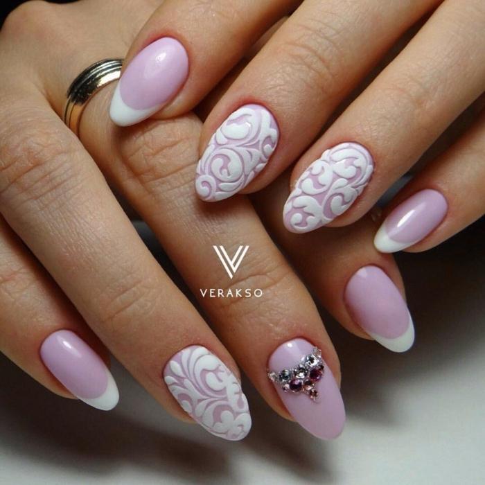 uñas de forma almendra en rosado suave y blanco con decorado encaje, uñas en gel decoradas