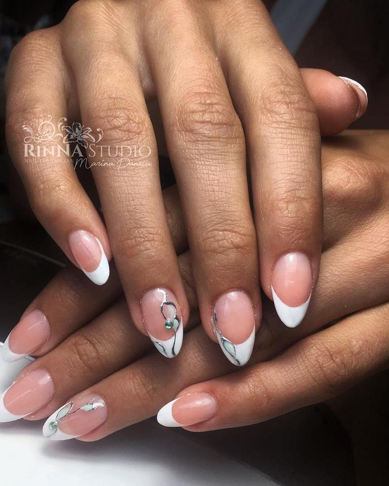 largas uñas ovaladas con líneas blancas gruesas y pequeños detalles decorativos, ideas uñas en gel decoradas